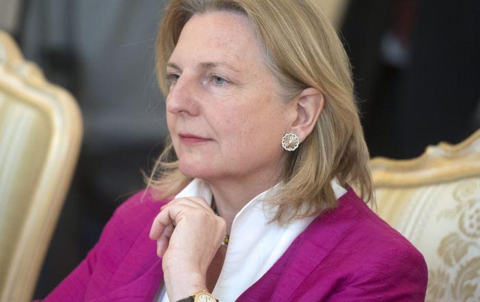 Nedelju dana nakon čuvene svadbe: Austrijska ministarka se onesvestila na forumu