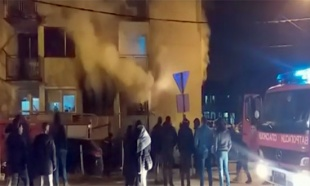 Požar u Novom Pazaru, evakuisani stanari, jedna osoba povređena (VIDEO)