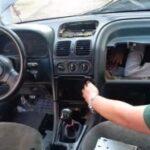 OČAJNIČKI POKUŠAJ MIGRANATA: Troje se naguralo pod haubu i kontrolnu tablu automobila