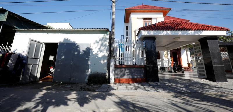 Vila Bui Čunga (desno), koji je radio u Britaniji, pored kuće svog rođaka, lokalnog varioca
