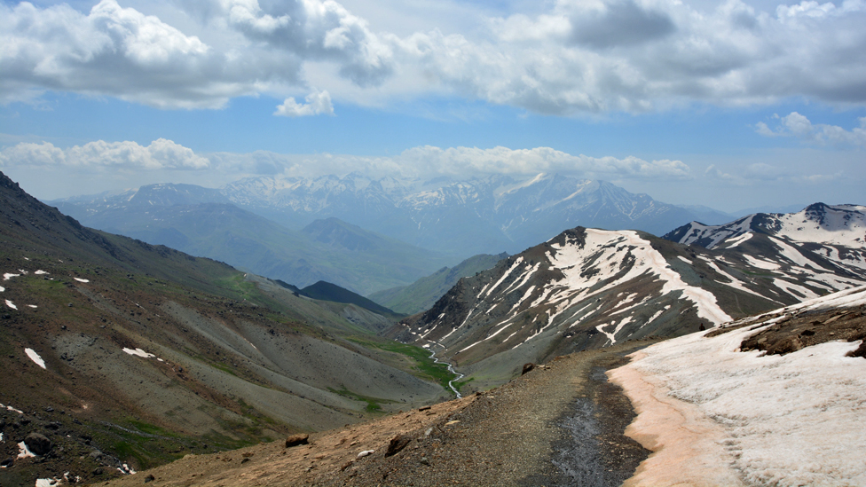 Snežni planinski vrhovi