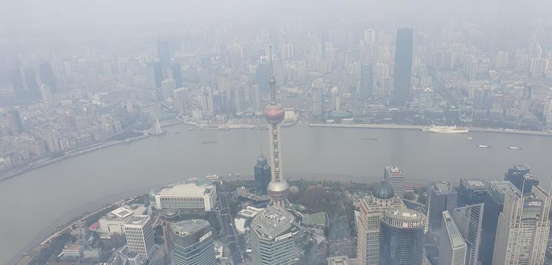 Pogled sa najvećeg nebodera u Kini (Šangajski toranj)