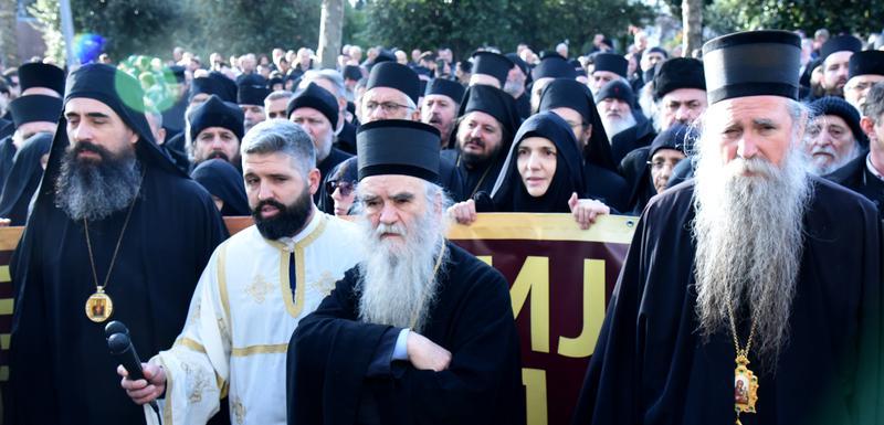 Sveštenstvo i monasi Mitropolije ispred Skupštine