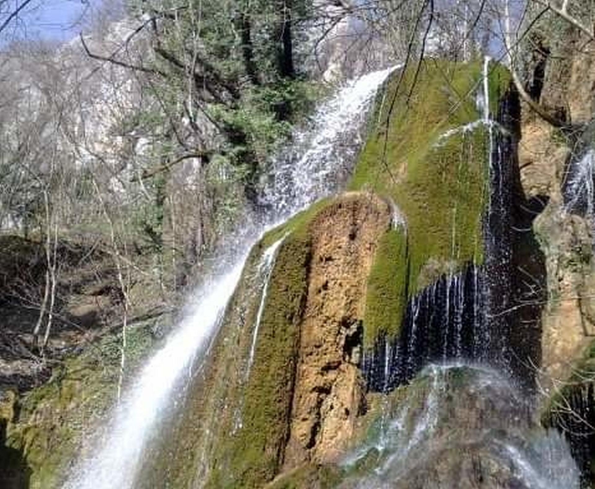 Voda izvire iz pećina iznad vodopada: Skakavac