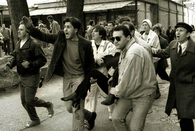 Građani Sarajeva nose Olgu Sučić, jednu od prvih žrtava rata u Bosni i Hercegovini: 5. april 1992.
