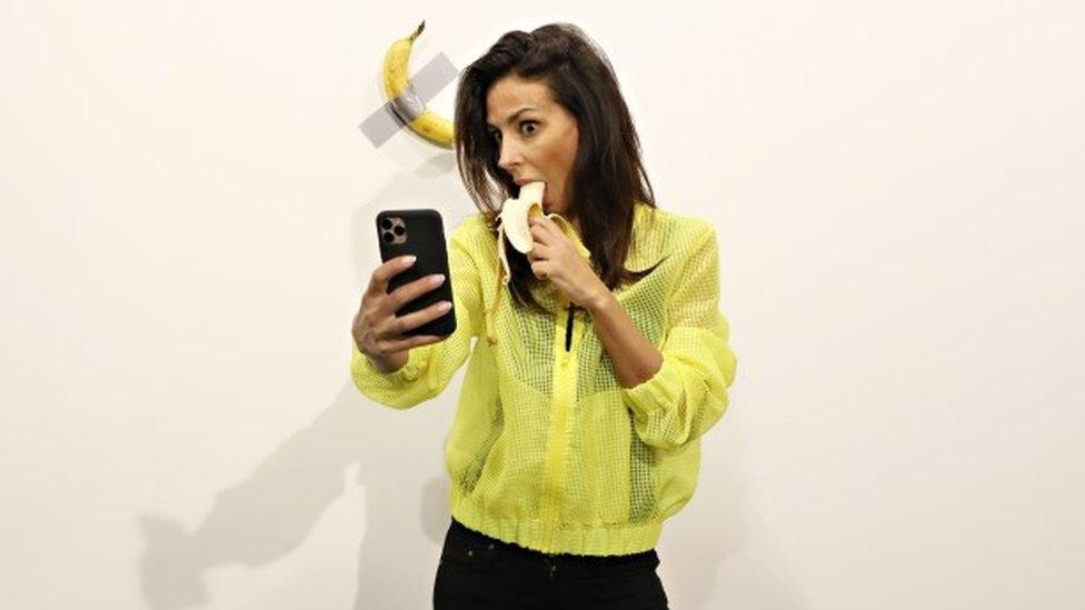 Devojka pravi selfi kako jede bananu, ali ne ONU bananu