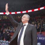 Dejan Radonjić otpozdravlja navijačima Crvene zvezde